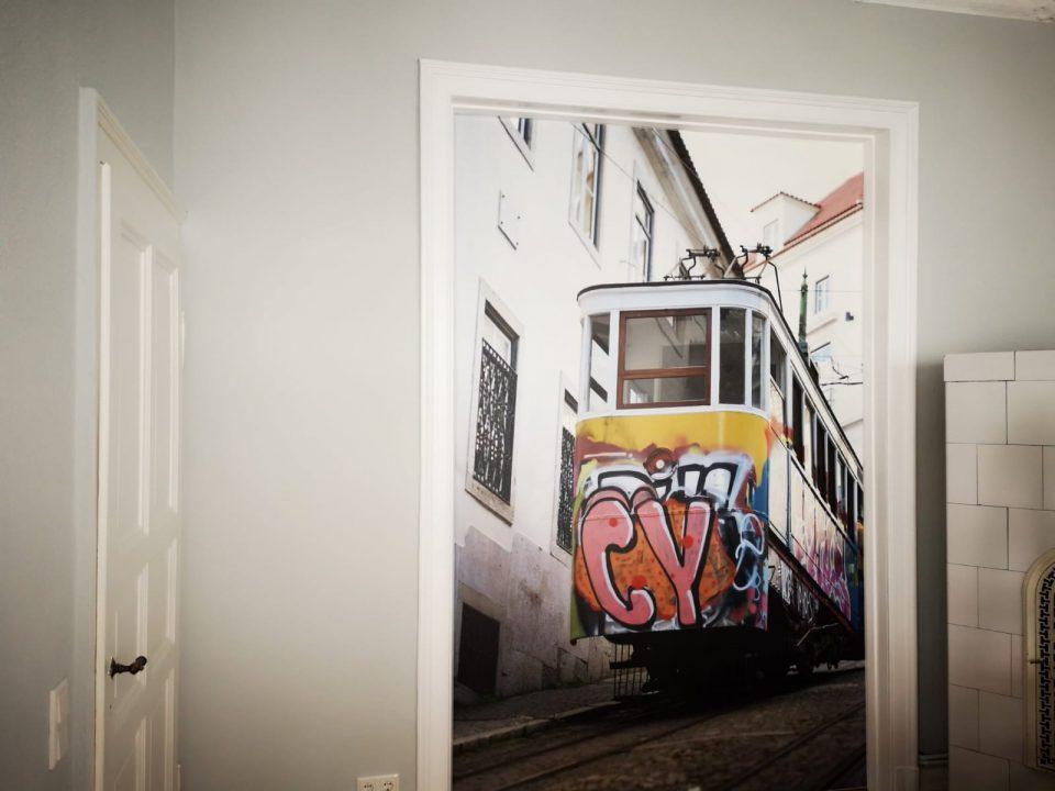 Fototapete eingefügt in einem Türrahmen.